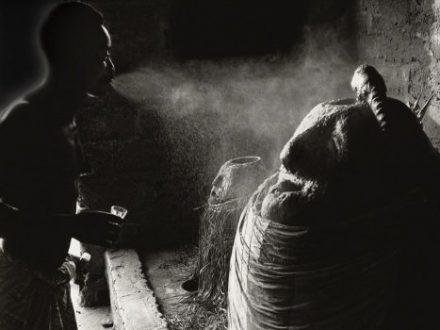 1Togo_Seko_1989Assistant-d'un-prêtre-vaporisant-de-l'alcool-de-palme-sur-le-vodu-Djagli-min-500x350